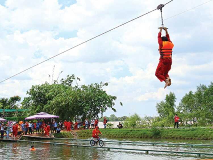 Zipline qua hồ – chạy xe đạp qua cầu ván