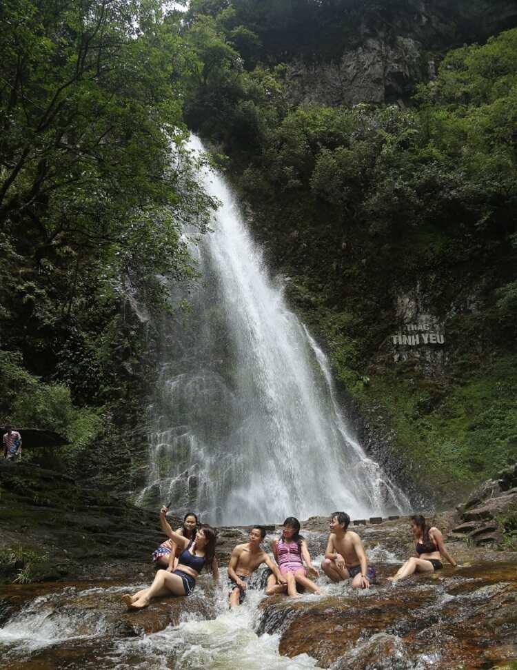 Vui chơi tắm hồ và bắt cá tại thác tình yêu Sapa