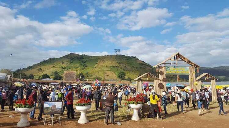 hội chợ nông sản tại núi lửa Chư Đăng Ya